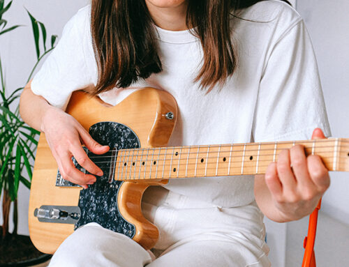 Comment se passe un premier cours de guitare ?