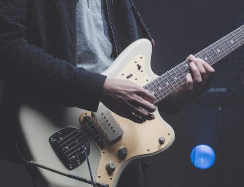 Quelles sont les caractéristiques d'une guitare électrique ?
